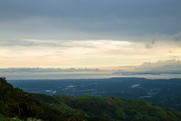 Mooie zonsondergangmening van costa rica