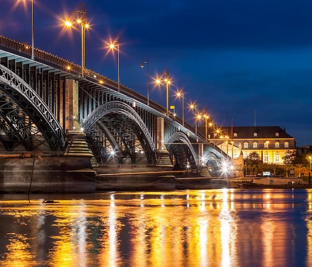 Mooie zonsondergangnacht over rijn / rijn-rivier en oude brug in mainz dichtbij frankfurt-am-main, duitsland.