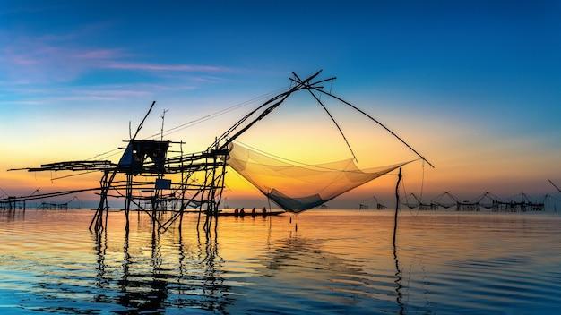 Mooie zonsopgang en vissende onderdompelingsnetten bij pakpra in phatthalung, thailand.