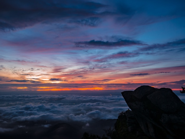Mooie zonsopgang hemel met silhouet rotsachtige klif in de ochtend op de berg khao luang in ramkhamhaeng national park, sukhothai provincie thailand
