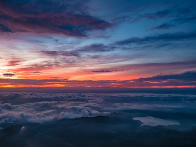 Mooie zonsopgang hemel met zee van de mist van mist en hartvormige meer in de ochtend op khao luang berg in ramkhamhaeng national park, sukhothai provincie thailand