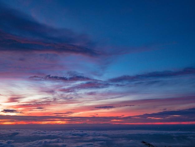 Mooie zonsopgang hemel met zee van de mist van mist in de ochtend op khao luang berg in ramkhamhaeng national park, sukhothai provincie thailand