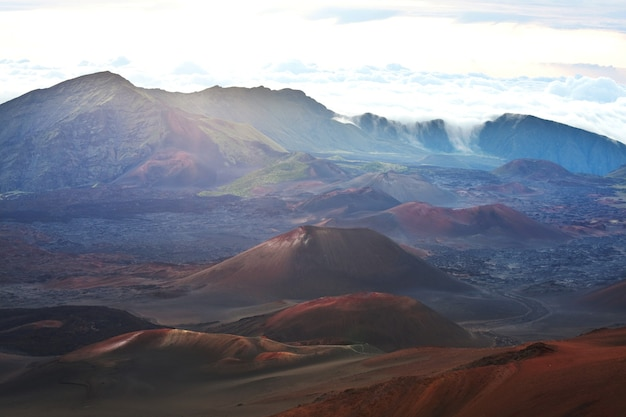 Mooie zonsopgangscène op haleakala-vulkaan, maui-eiland, hawaï