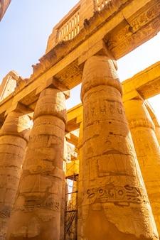 Mooie zuilen met hiërogliefen uit de karnak-tempel, het grote heiligdom van amon. egypte