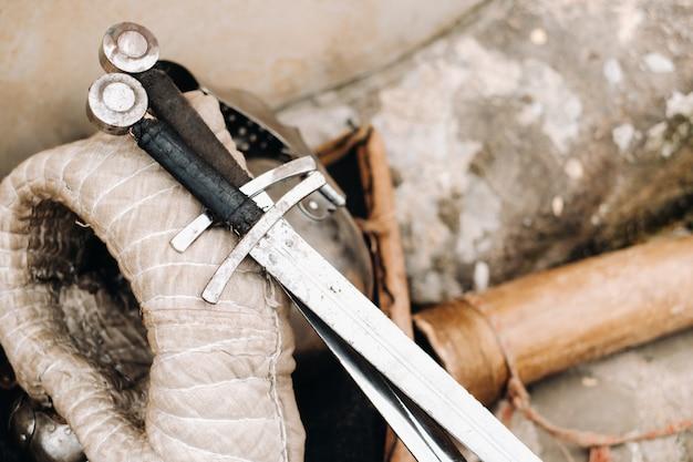 Mooie zwaarden die op de uitrusting van de ridder liggen, optreden in het kasteel van nesvizh