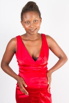 Mooie zwangere jonge zwarte vrouw aan haar buik te raken