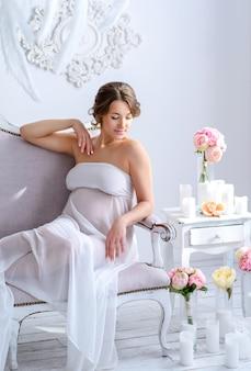 Mooie zwangere vrouw bij het tedere binnenland