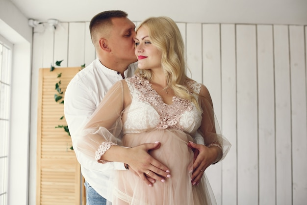 Mooie zwangere vrouw met haar echtgenoot in een studio
