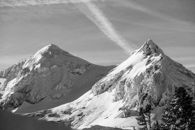 Mooie zwart-wit foto van besneeuwde hoge bergen