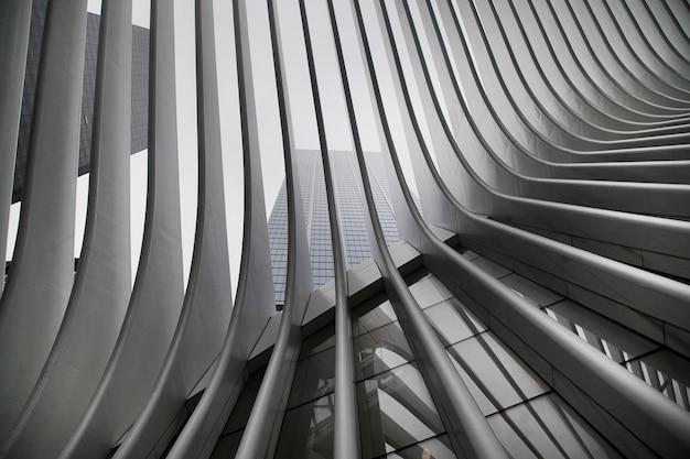 Mooie zwart-witfoto van het wtc cortlandt-station van new york city, aka oculus