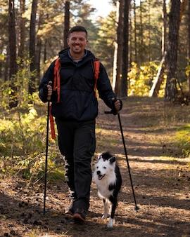 Mooie zwart-witte hond en man loopt