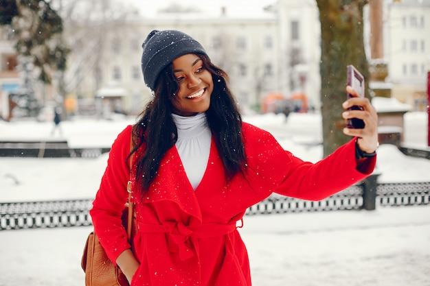 Mooie zwarte meid in de winter
