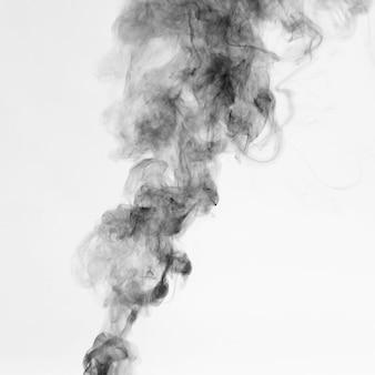 Mooie zwarte rook op witte achtergrond