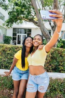 Mooie zwarte tienermeisjes die samen tijd doorbrengen