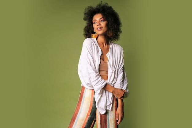 Mooie zwarte vrouw met afrikaanse kapsel poseren. zomer stijl.