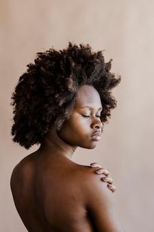 Mooie zwarte vrouw met afro haar sociale sjabloon