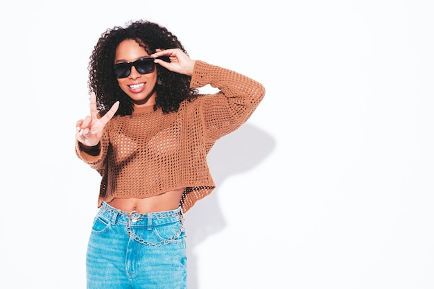 Mooie zwarte vrouw met afro krullen kapsel