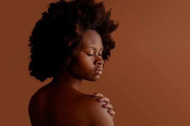 Mooie zwarte vrouw met afrohaar