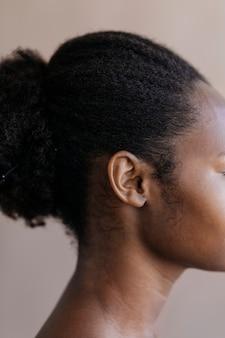 Mooie zwarte vrouw met gebonden haar sociale sjabloon