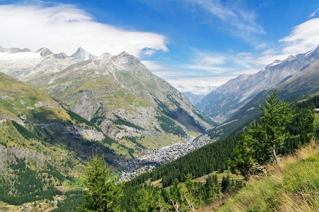 Mooie zwitserse alpen landschap met uitzicht op de bergen in de zomer, zermatt, zwitserland