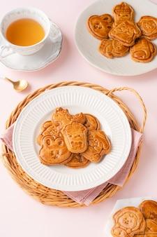 Mooncake-koekjes zijn kleine zoete snacks die lijken op de buitenste laag van de mooncake