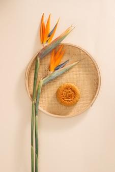 Mooncakes, vietnamese gebakjes die traditioneel worden gegeten tijdens het mid-autumn festival. tekst op taart betekent geluk.