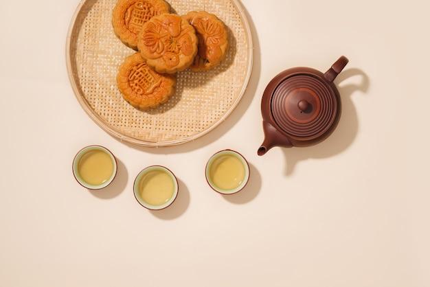 Mooncakes, vietnamese gebakjes die traditioneel worden gegeten tijdens het mid-autumn festival. vertaling op ronde maancake