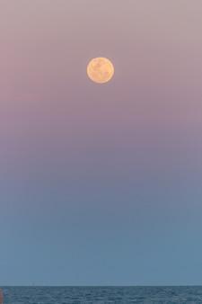 Moonrise op het strand van copacabana in rio de janeiro, brazilië.