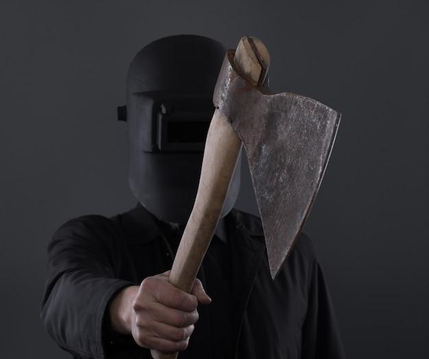 Moordenaar met een bijl op een zwarte achtergrond