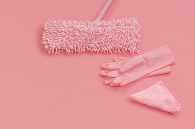 Mop, vod en rubberen handschoenen - roze gezet op roze
