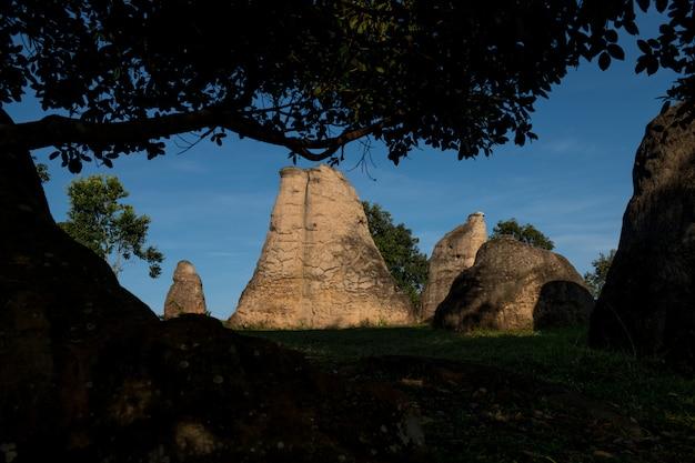Mor hin khao, of thai stonehenge in het phu laenkha national park. het verbazende natuurlijke die gezichtspunt van het rotsenlandschap in chaiyaphum, thailand wordt gevestigd