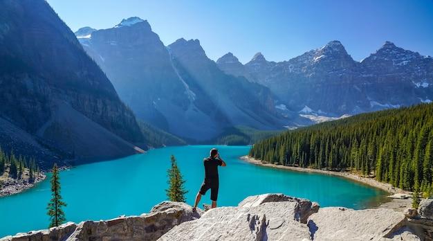 Moraine lake rockpile trail in de ochtend van de zonnige zomerdag, toeristen nemen van foto's op het prachtige landschap.