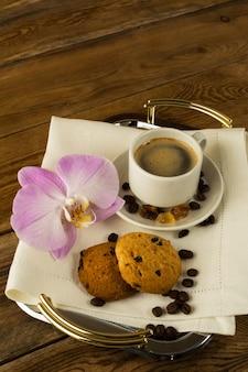 Morning coffee cup op het dienblad