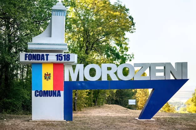 Morozeni dorp bord met nationale vlag erop