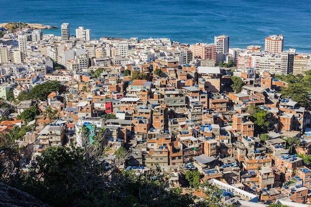 Morro do cantagalo met het ipanema-district en het arpoador-strand op de achtergrond in rio de janeiro.