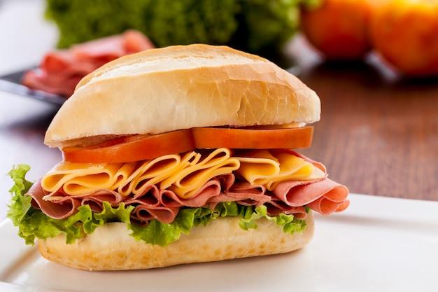 Mortadela sandwich, op een houten tafel.