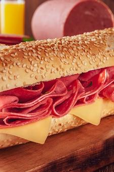 Mortadella sandwich op houten snijplank