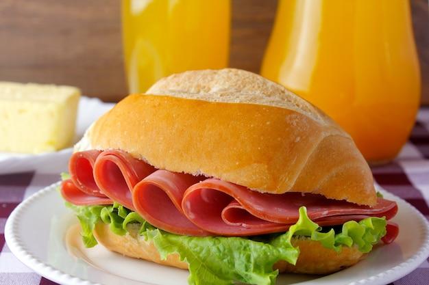 Mortadella sandwich op rustieke houten tafel voor ontbijt