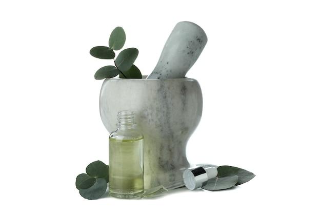 Mortel met eucalyptus en fles olie geïsoleerd op een witte achtergrond