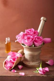 Mortel met roze bloemen voor aromatherapie en spa
