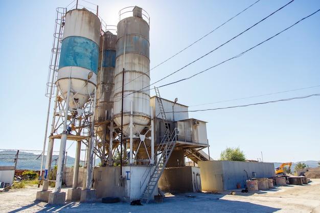 Morteleenheid, cementfabriek, winkel voor de vervaardiging van beton en gewapend betonproducten. gebruikt, roestig en stoffig