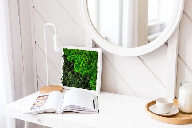 Mos en schilderen, interieurdecoratie, het creëren van modern design, mode, comfort, licht design, planten en potten