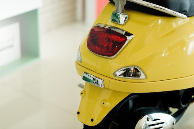 Mosai, een tweewielige auto die ons op verschillende plaatsen kan brengen driving concept with copy space