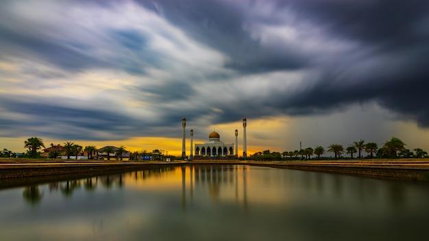 Moskee en onweerswolk in rainny dag, dramatische toonstijl