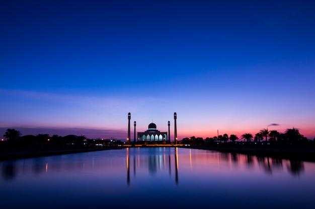 Moskee in thailand en zonsondergang