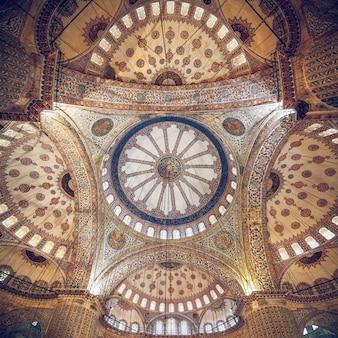 Moskee ingewikkeld plafond. ook bekend als de sultan ahmed-moskee, het is een historische moskee in istanbul, turkije.