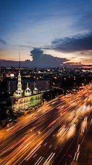 Moskee met weg in schemeringtijd