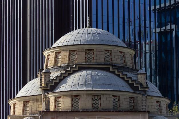 Moskee met zakelijke gebouw