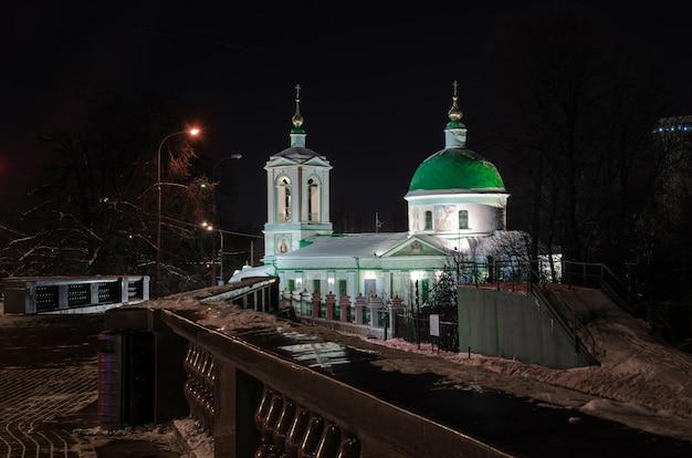 Moskou - 21 januari 2014: kerk van de levengevende drie-eenheid op de vorobyovy gory (mussenheuvels).