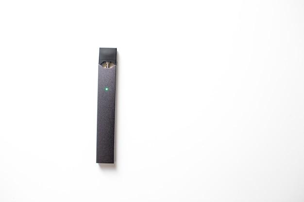 Moskou - 26 juni 2020: juul e-sigaret nicotine vapor stick en pods.